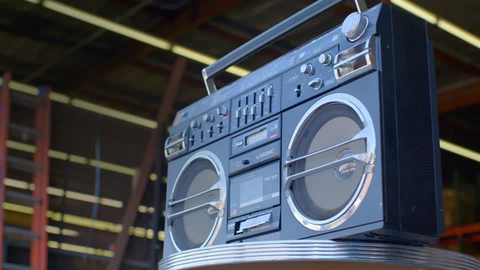 Vintage Tech Hunters S01 E01 - Bohus and Shaun…Buy a Jukebox